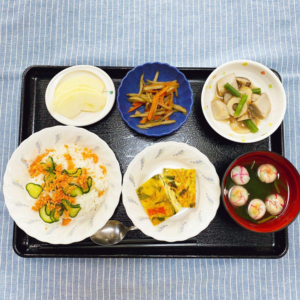 きょうのお昼ごはんは、敬老祝いまぜずし・千草焼き・含め煮・きんぴら・お吸い物・くだものでした。