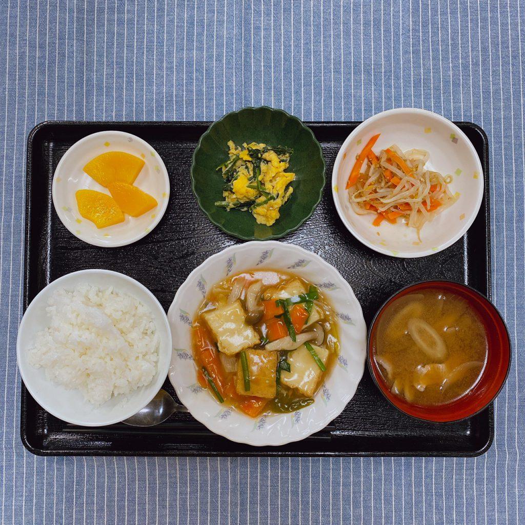 きょうのお昼ごはんは、厚揚げのあんかけ煮・卵炒め・ナムル・豚汁・くだものでした。
