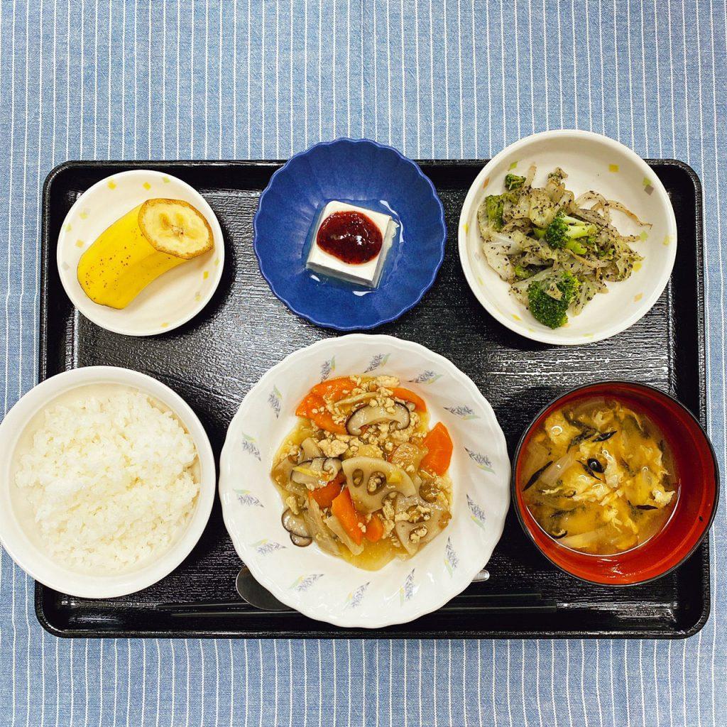 きょうのお昼ごはんは、根菜のそぼろ煮・ごま和え・梅香味奴・みそ汁・くだものでした。