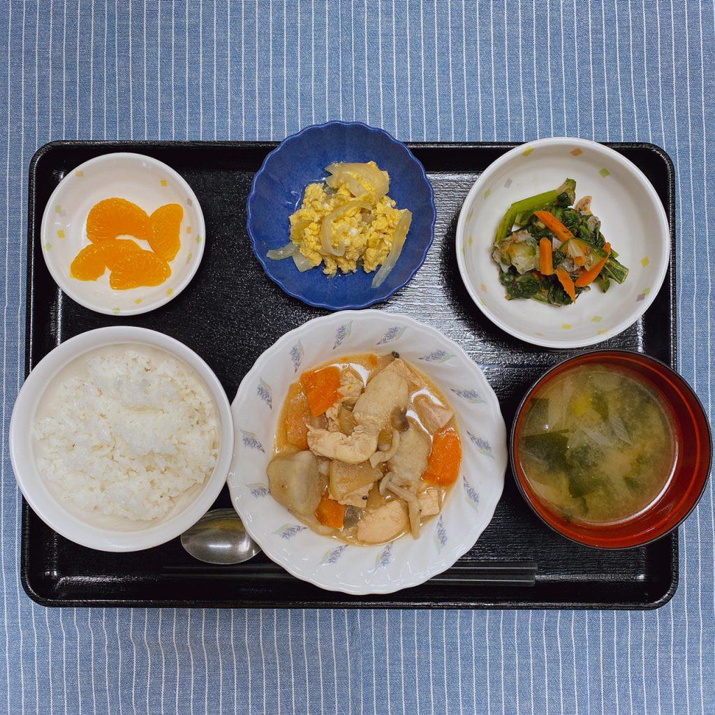 きょうのお昼ごはんは、鶏肉と里芋のみそ煮込み・梅おかか和え・卵とじ・くだものでした。