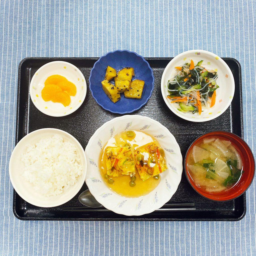 きのうのお昼ごはんは、かに玉風卵焼き・春雨サラダ・大学芋煮・みそ汁・くだものでした。