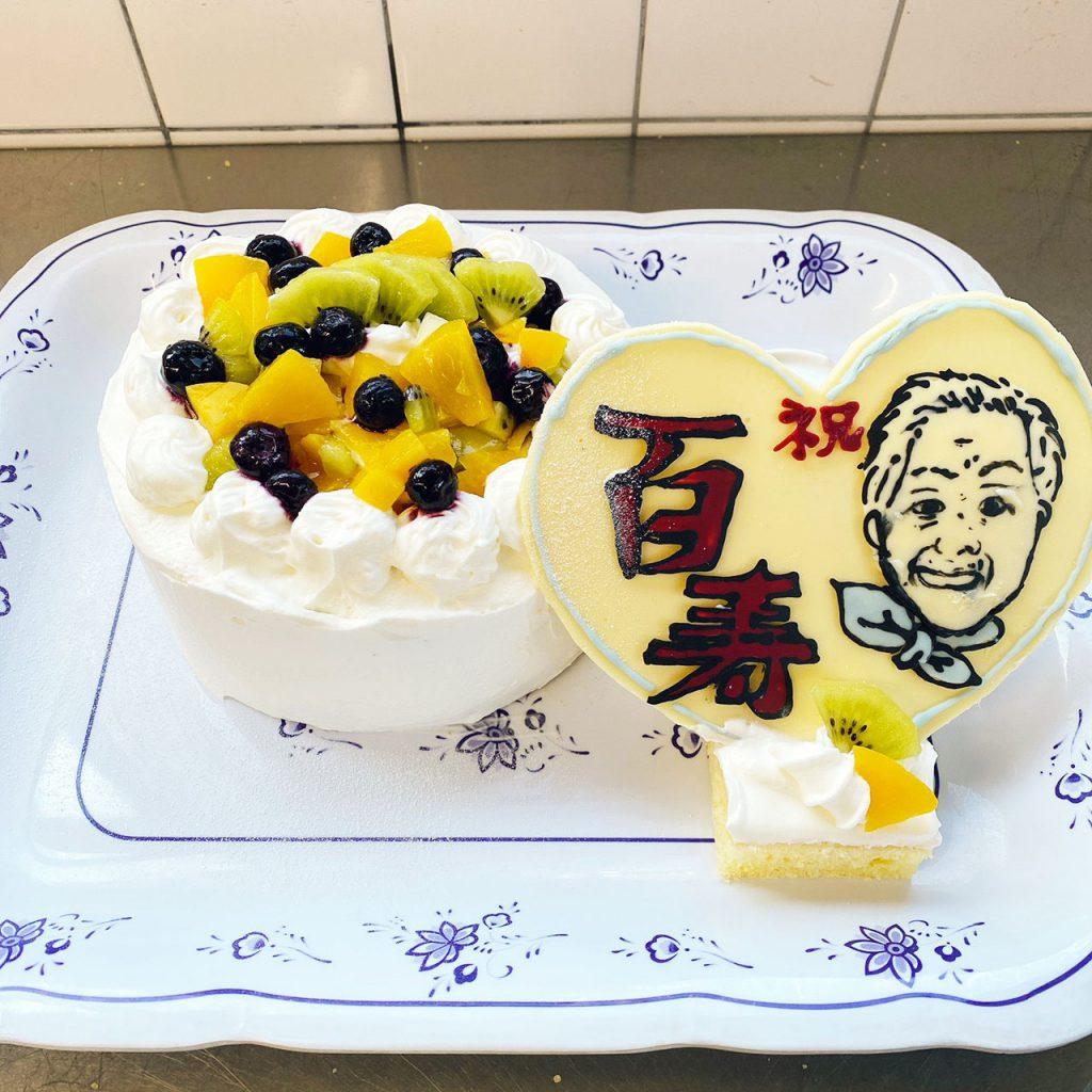 きょうのおやつは、100歳をお祝いしましょうケーキです。にぎやかに100歳の方のお祝いをしました。