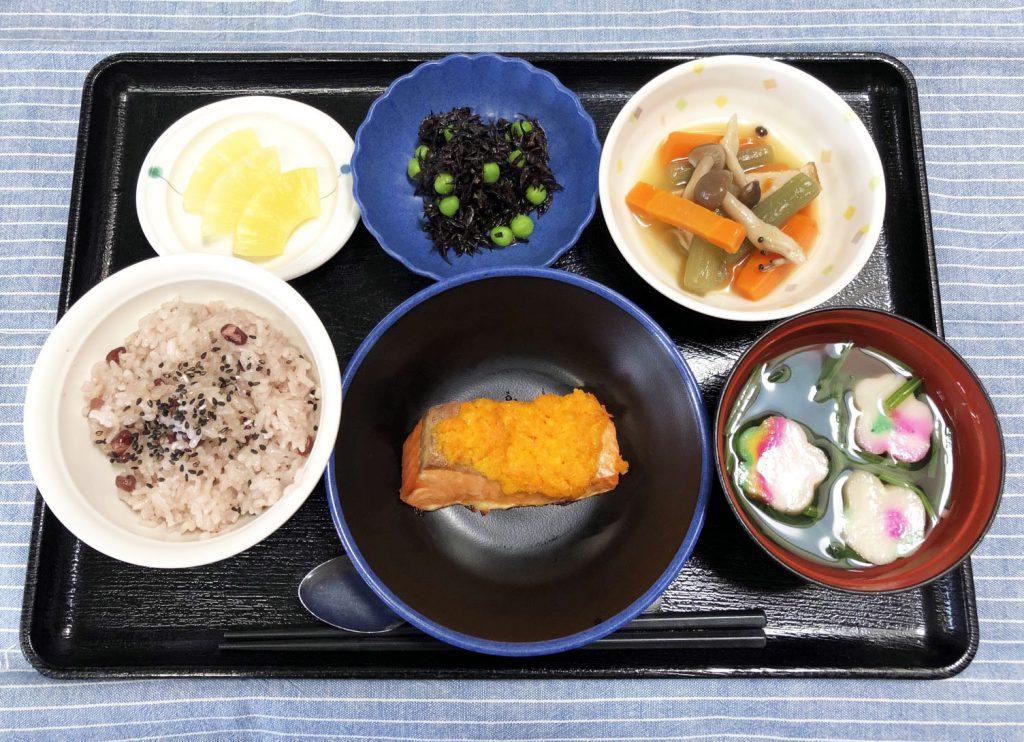 きょうのおひるごはんは、白寿お祝いお赤飯・焼き魚・炊き合わせ・ひじきの酢の物・お吸い物・くだものでした。きょうは、100歳をお迎えになる方の誕生会をみんなでお祝いします。