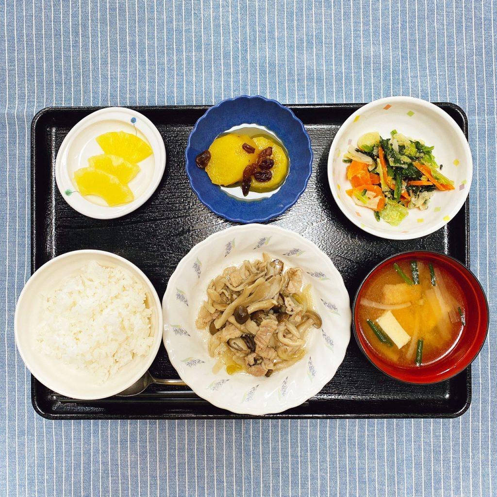 きのうのお昼ごはんは、豚肉とたっぷりきのこの炒め物・ごま和え・さつまいものオレンジ煮・みそ汁・くだものでした。