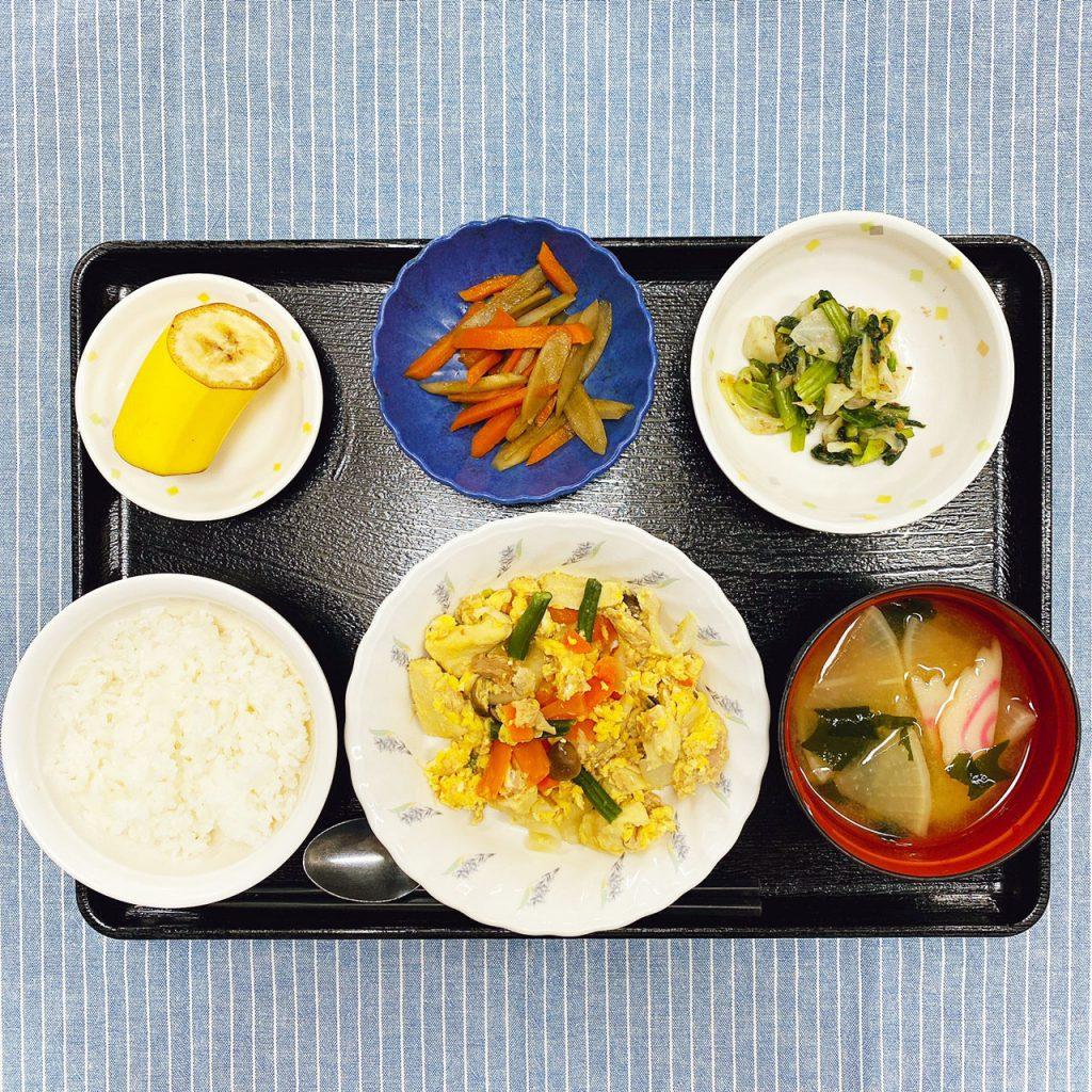 きょうのお昼ごはんは、ツナと高野豆腐の卵とじ・梅和え・きんぴら・みそ汁・くだものでした。