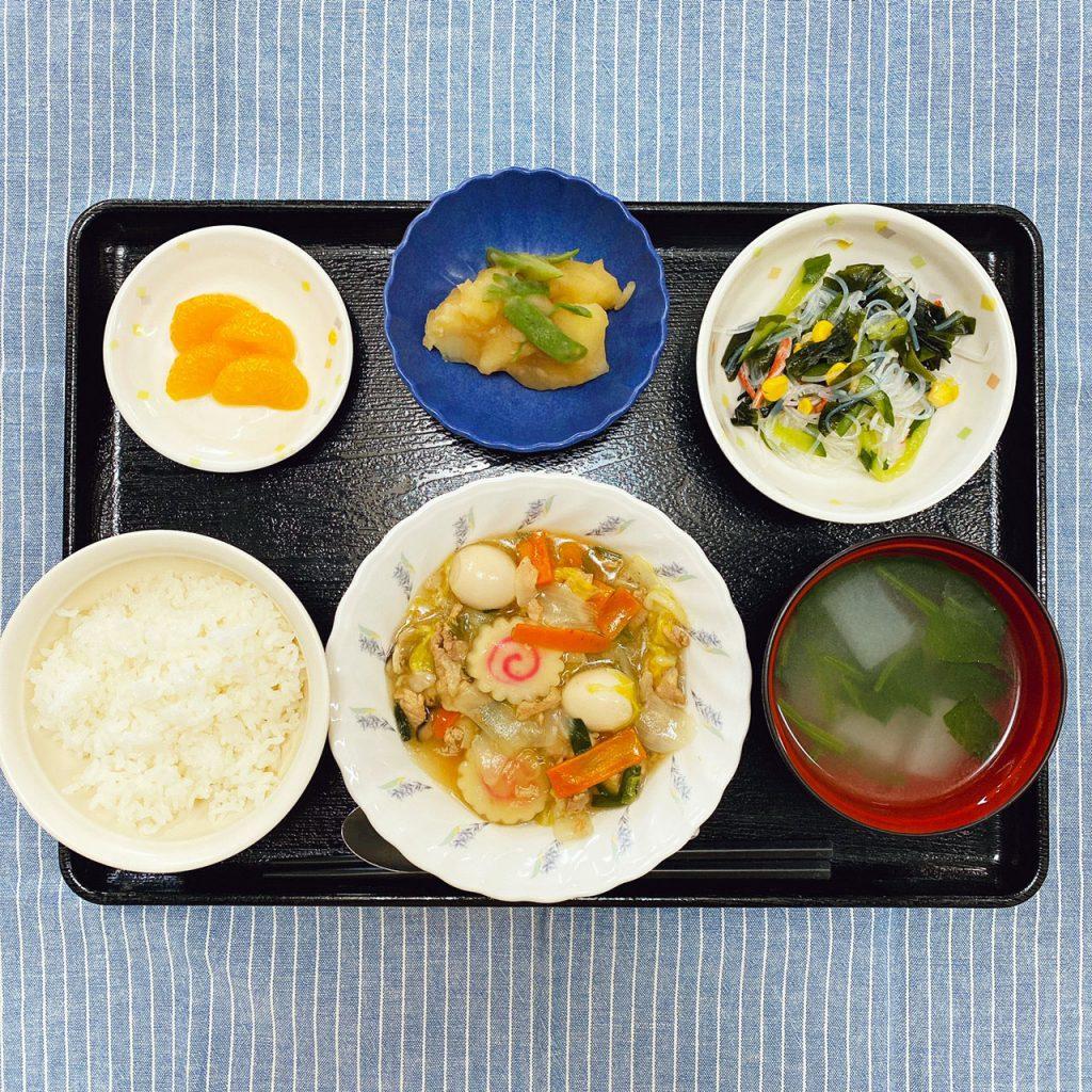 10/16のお昼ごはんは、八宝菜・春雨サラダ・じゃが煮・みそ汁・くだものでした。
