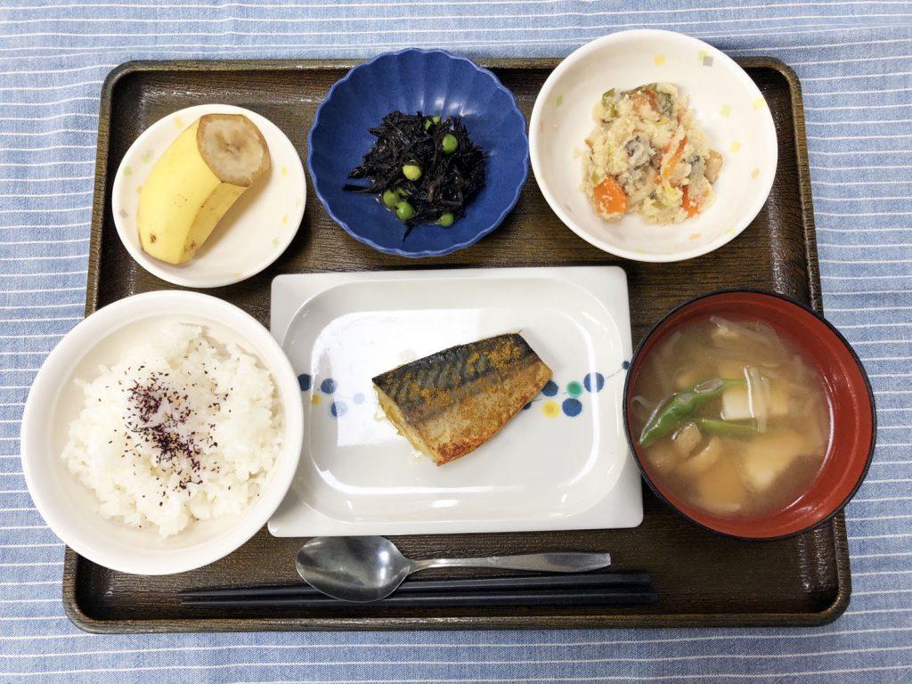 きょうのお昼ごはんは、鯖のカレー風味焼き・炒りおから・酢の物・みそ汁・くだものでした。