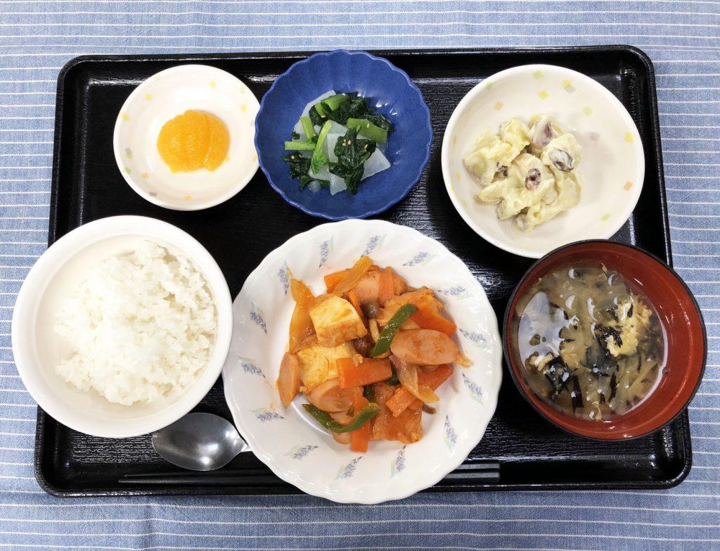 きのうのお昼ごはんは、ソーセージと厚揚げのケチャップ炒め・甘酢っぱおやつサラダ・浅漬け・みそ汁・くだものでした。