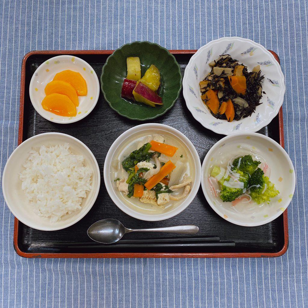 きょうのお昼ごはんは、豆乳風鍋・ひじき煮・かにかまあん・くだものでした。