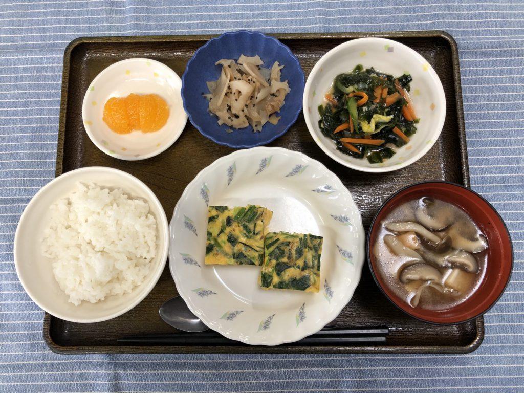 きのうのお昼ごはんは、和風チーズオムレツ・わかめサラダ・根菜きんぴら・みそ汁・くだものでした。