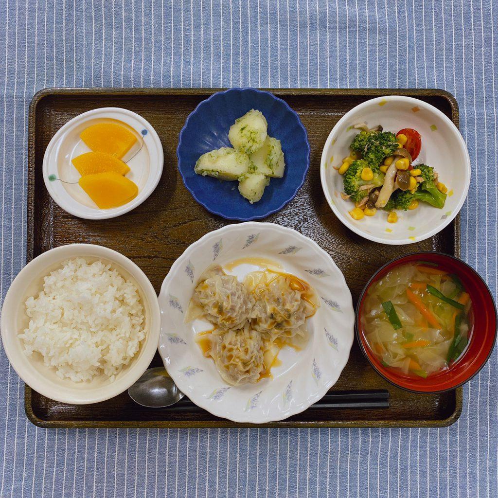 10/23のお昼ごはんは、シュウマイ・中華サラダ・のり塩ポテト・みそ汁・くだものでした。