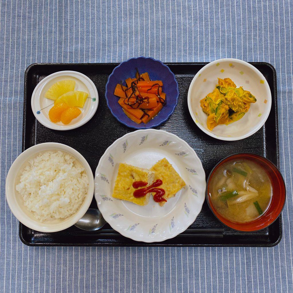 10月24日(土)のお昼ごはんは、ツナバーグ・かぼちゃサラダ・人参の和風ピクルス・みそ汁・くだものでした。