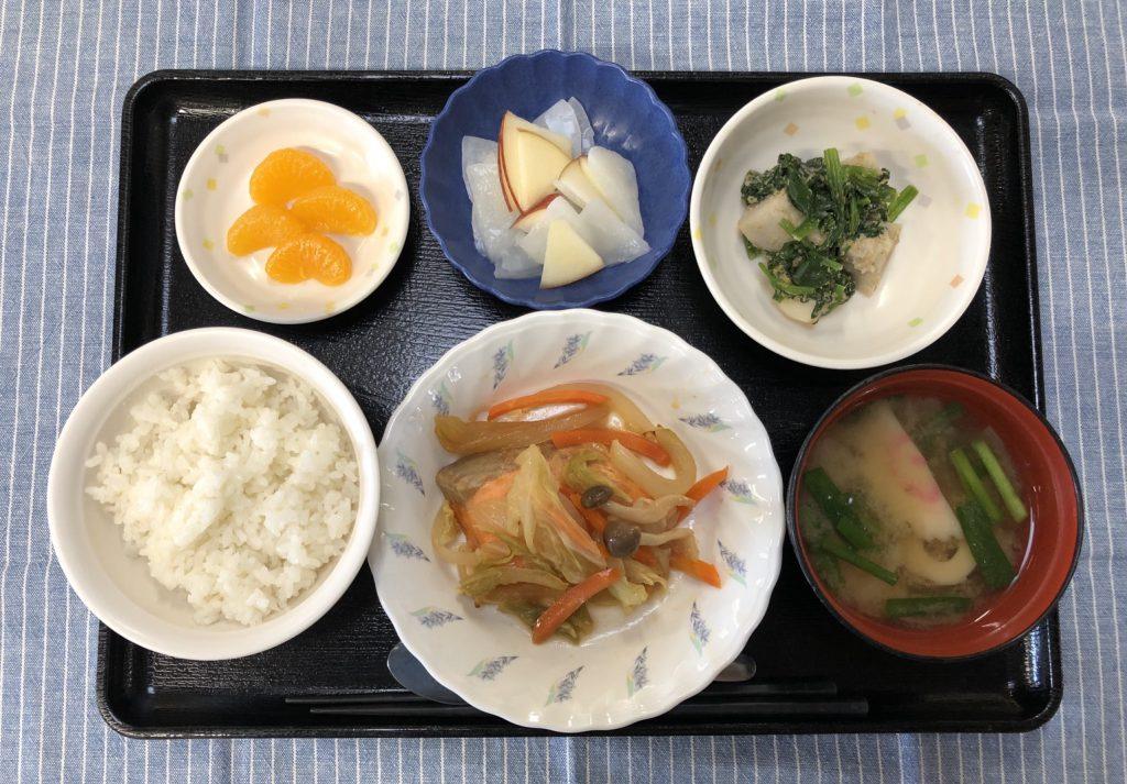 きのうのお昼ごはんは、鮭のチャンチャン焼き・里芋とほうれん草のごま和え・りんごと大根のサラダ・みそ汁・くだものでした。