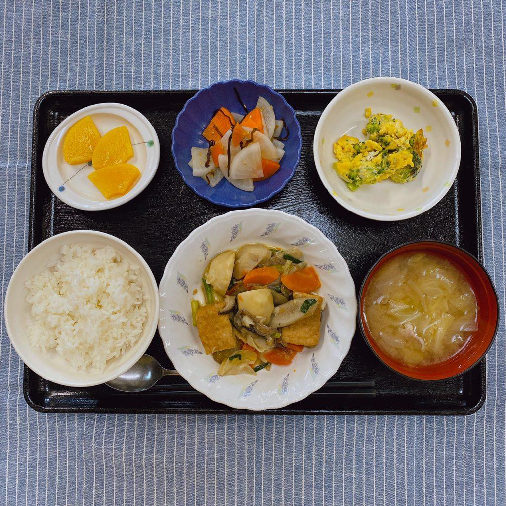 きょうのお昼ごはんは、けんちん煮・ブロッコリーの卵炒め・和え物・豚汁・くだものでした。