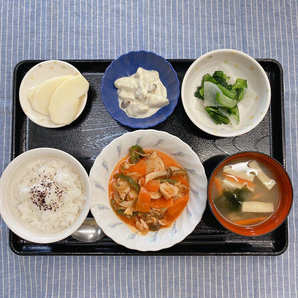 きょうのお昼ごはんは、鶏肉のケチャップ炒め・甘ずっぱおさつサラダ・浅漬け・みそ汁・くだものでした。