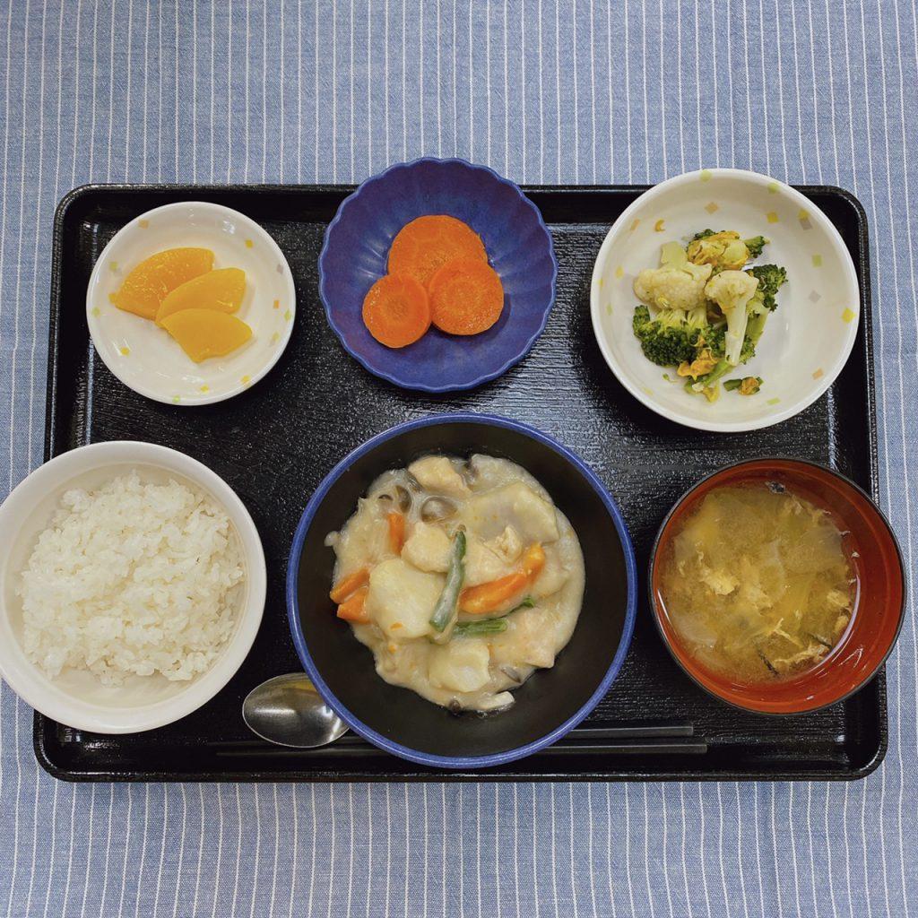 今日のお昼ごはんは、鶏肉と里芋のシチュー・サラダ・レモンバター人参・みそ汁・くだものでした。