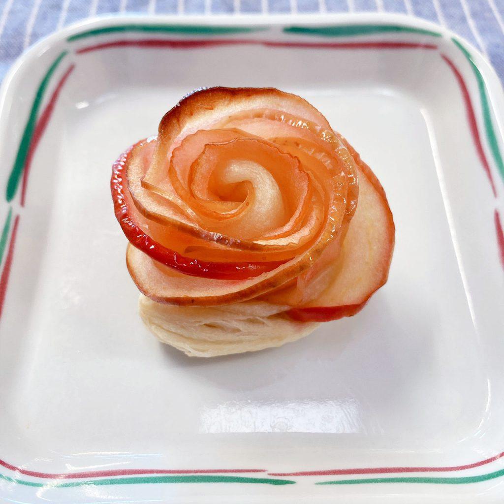 きょうのおやつは、勤労感謝の日スペシャル「バラの花咲くアップルパイ」でした。