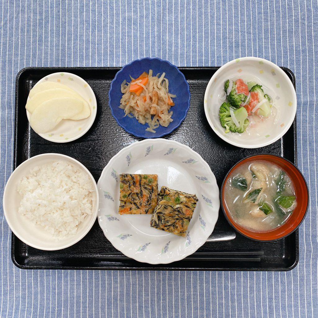 きのうのお昼ごはんは、五目卵焼き・切り干し煮・ブロッコリーのかにかまあん・みそ汁・くだものでした。