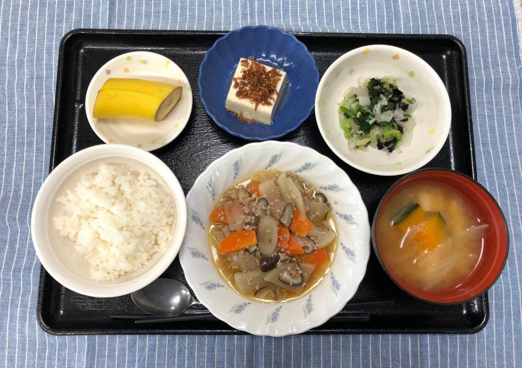 きょうのお昼ごはんは、根菜のそぼろ煮・焼きのり和え・煮奴・みそ汁・くだものでした。