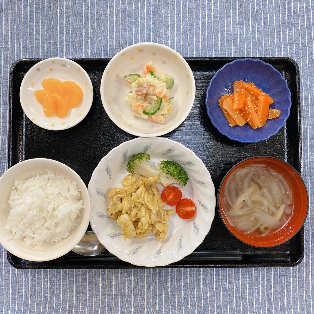 きょうのお昼ごはんは、タンドリーチキン・ポテトサラダ・人参の粒マスタード和え・スープ・くだものでした。