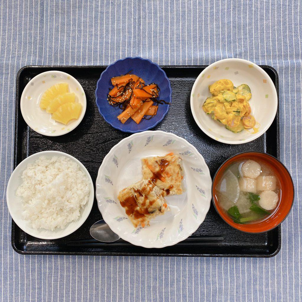 きょうのお昼ごはんは、ツナハンバーグ・かぼちゃサラダ・人参の和風ピクルス・みそ汁・くだものでした。