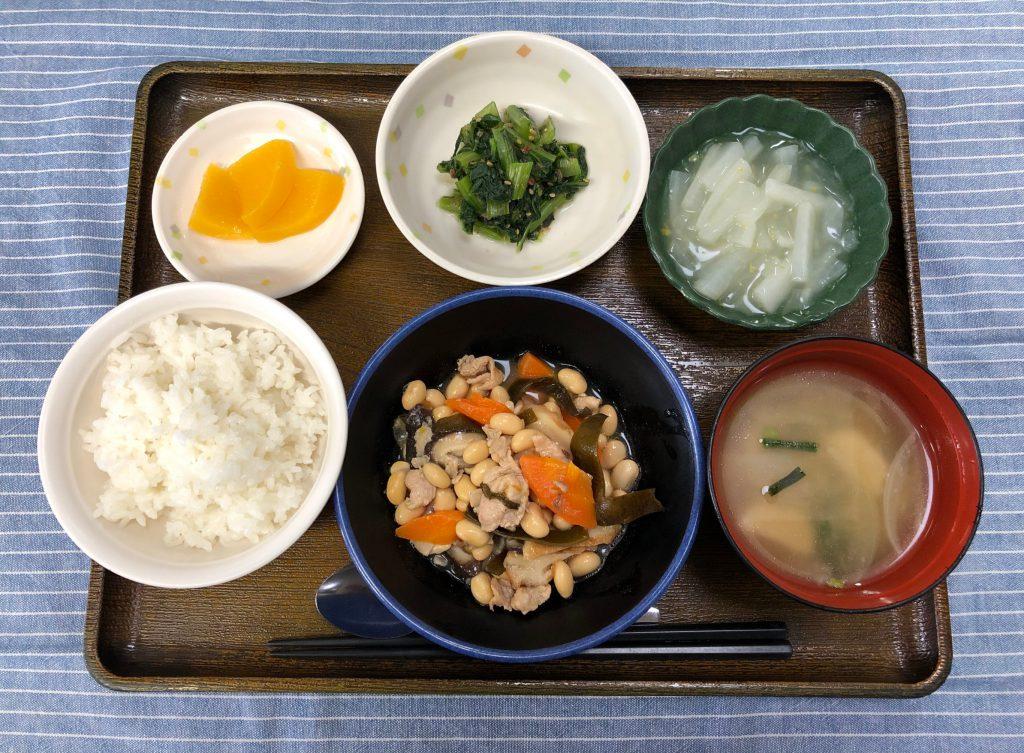 きょうのお昼ごはんは、大豆五目煮・おかか和え・大根のゆずあん・みそ汁・くだものでした。