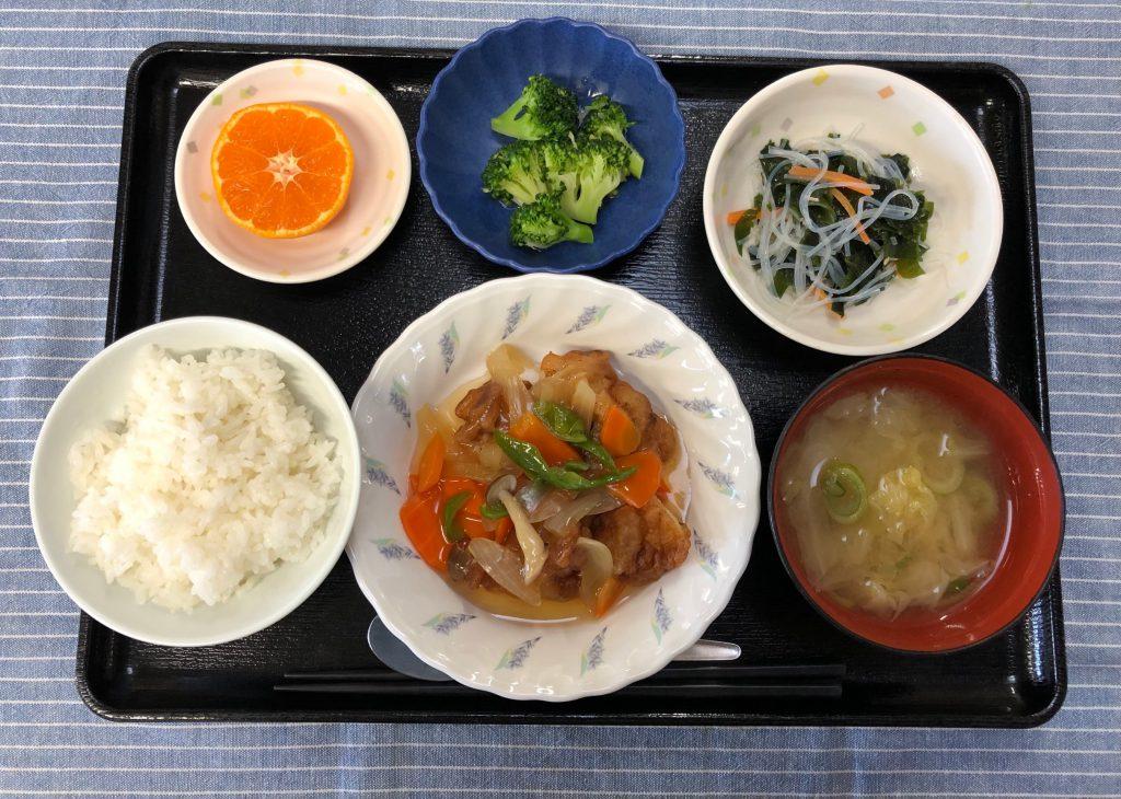 きょうのお昼ごはんは、唐揚げの甘酢野菜・春雨の酢の物・生姜和え・みそ汁・くだものでした。