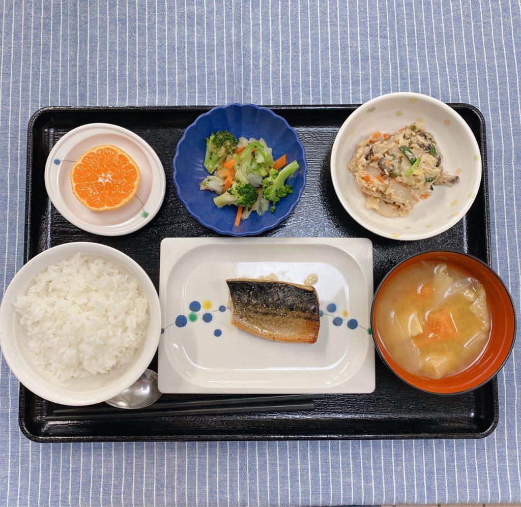 きょうのお昼ごはんは、鯖の山椒焼き・炒りおから・和え物・みそ汁・くだものでした。