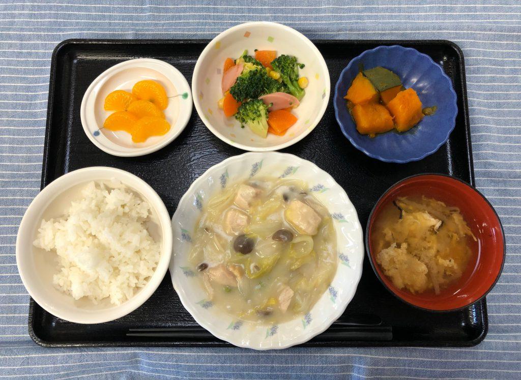 きょうのお昼ごはんは、鶏肉と白菜のクリーム煮・カラフルサラダ・かぼちゃ煮・みそ汁・くだものでした。