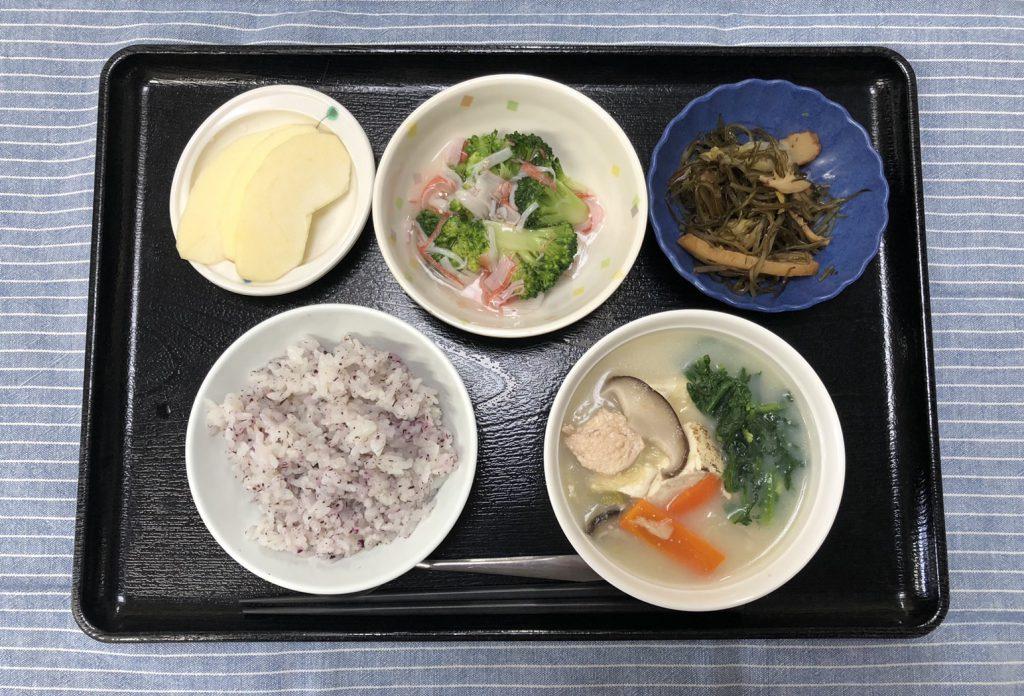 きょうのお昼ごはんは、豆乳鍋風・煮浸し・かにかまあん・ゆかりごはん・くだものでした。