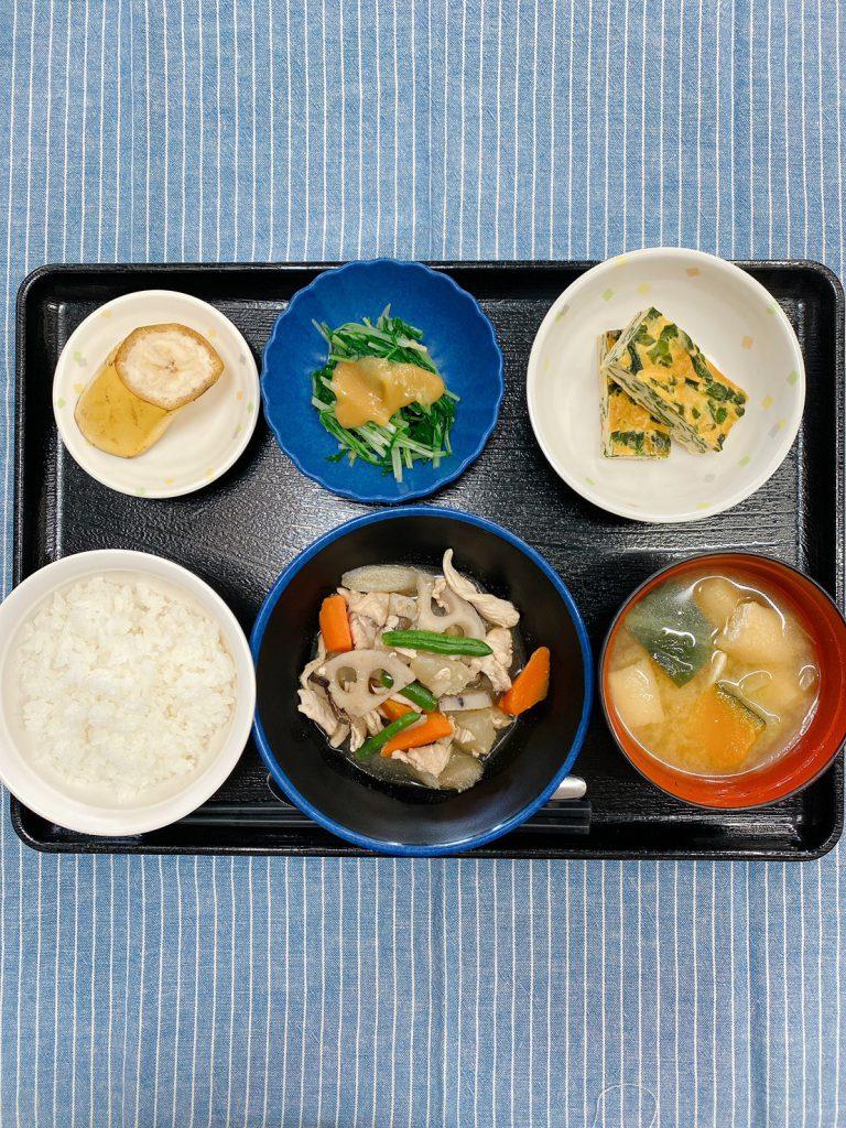 きのうのお昼ごはんは、筑前煮・わかめの卵焼き・水菜のからし酢みそがけ・みそ汁・くだものでした。