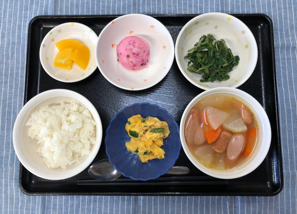 きょうのお昼ごはんは、ウィンナーと大根のポトフ・春菊のごま和え・ふんわりにらたま・みそ汁・果物でした。