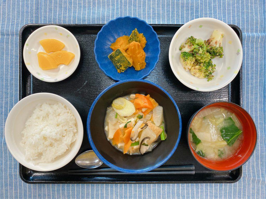 きょうのお昼ごはんは、けんちん煮・ブロッコリーの梅おかか和え・煮物・みそ汁・果物でした。