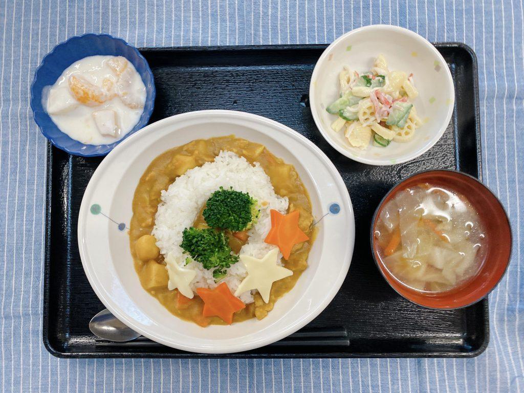きょうのお昼ごはんは、クリスマスお星カレー・サラダ・スープ・フルーツヨーグルトでした。