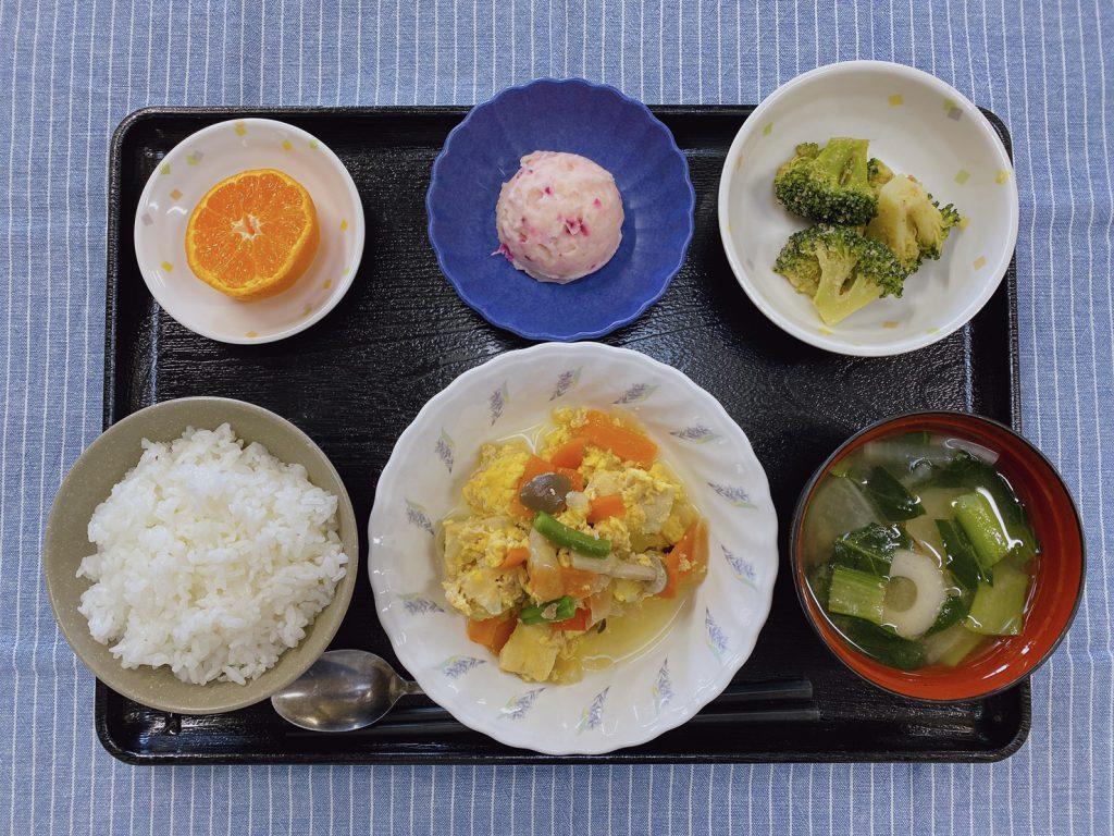 今日のお昼ごはんは、ツナと高野豆腐の卵とじ・ごま和え・しば漬けポテト・みそ汁・くだものでした。