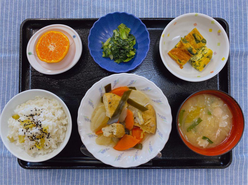 きょうのお昼ごはんは、がんもと根菜の含め煮 わかめの卵焼き 水菜の酢みそがけ 豚汁 果物でした。