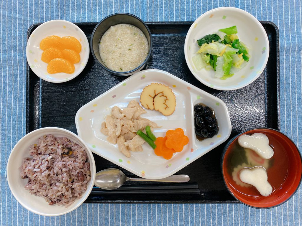 きょうのお昼ごはんは、十穀米・鶏肉のみそ漬け蒸し・おとろ・ゆず浸し・祝い鉢・お吸い物・くだものでした。