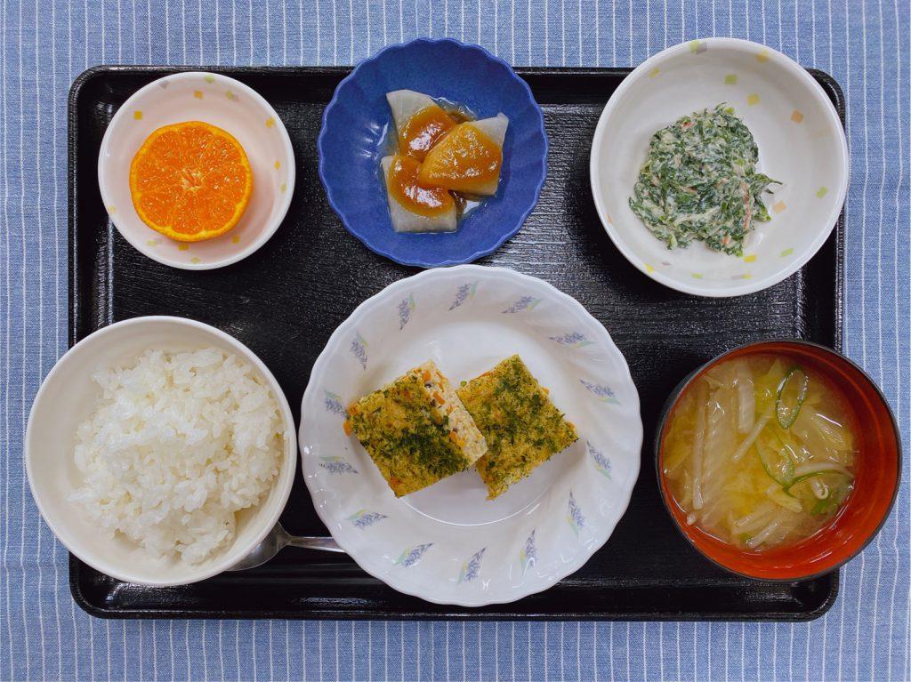 今日のお昼ごはんは、松風焼き・白和え・ふろふき大根・みそ汁・くだものでした。