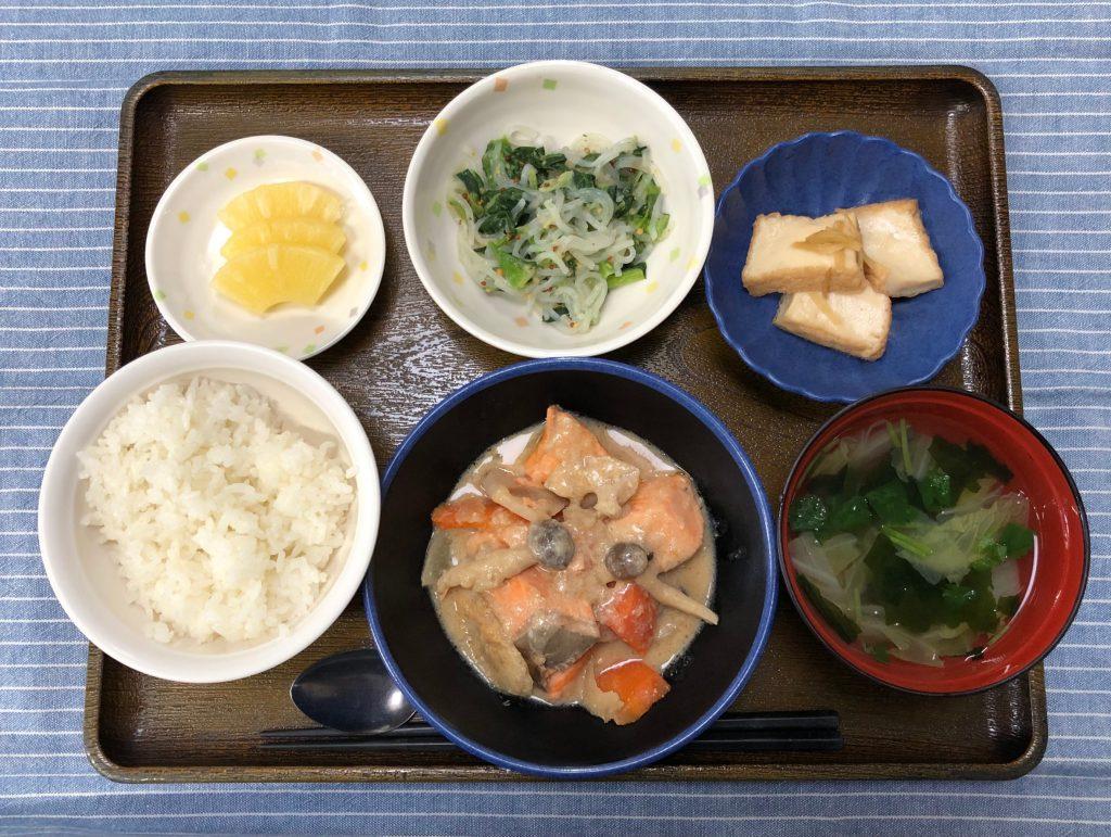 きょうのお昼ごはんは、鮭と根菜の酒粕煮・小松菜と春雨のからし和え・含め煮・みそ汁・果物でした。