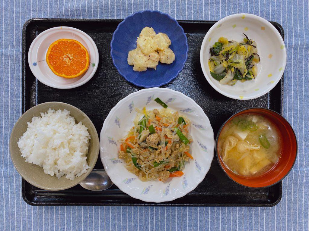 きょうのお昼ごはんは、挽肉と春雨の中華炒め・和え物・梅じゃが・みそ汁・くだものでした。