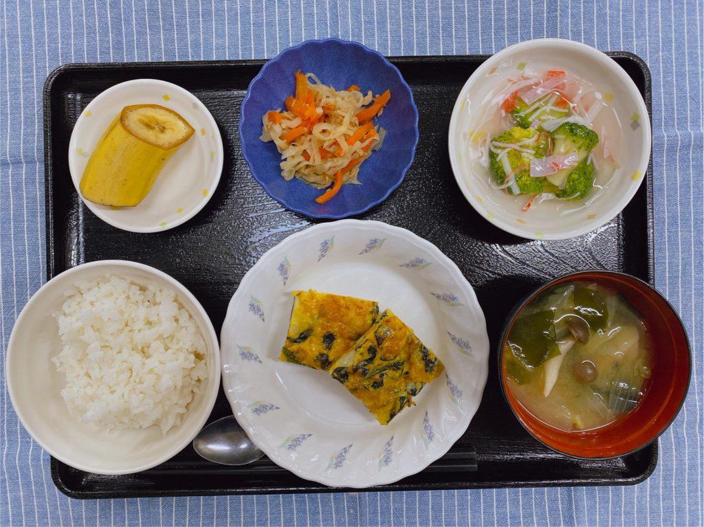 きょうのお昼ごはんは、和風チーズオムレツ・煮なます・かにかまあん・みそ汁・くだものでした。