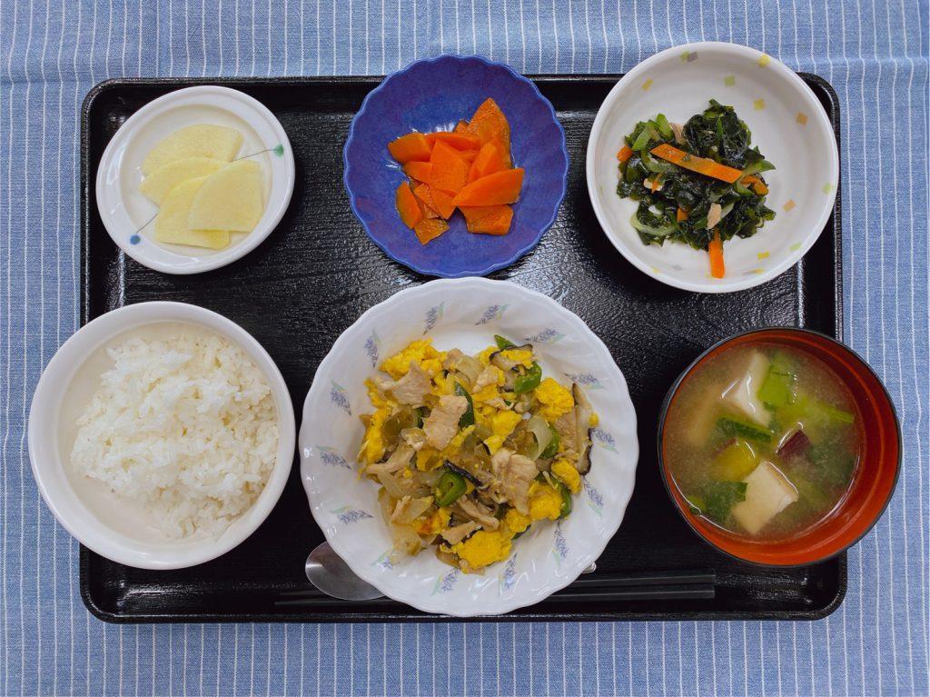 きょうのお昼ごはんは、鶏肉のザーサイ卵炒め・わかめサラダ・人参の薄甘煮・みそ汁・くだものでした。