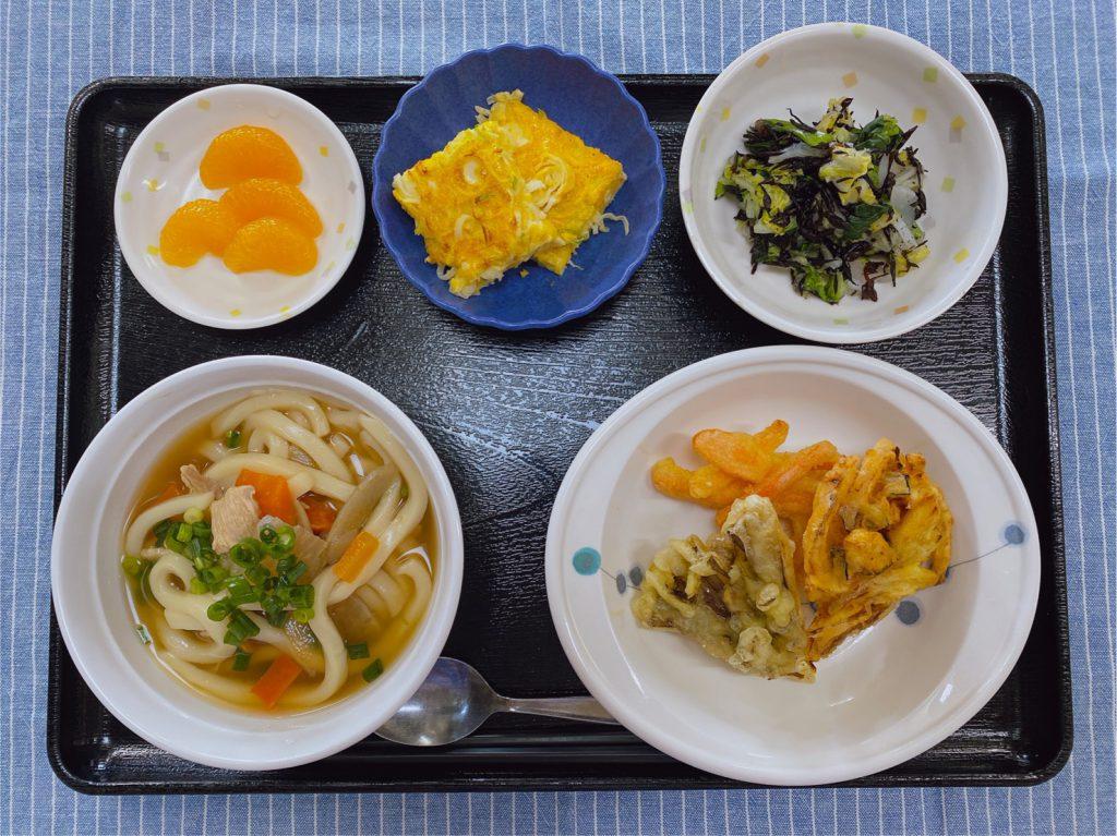 きょうのお昼ごはんは、煮込みうどん・天ぷら・煮奴・ひじきの酢の物・みそ汁・くだものでした。