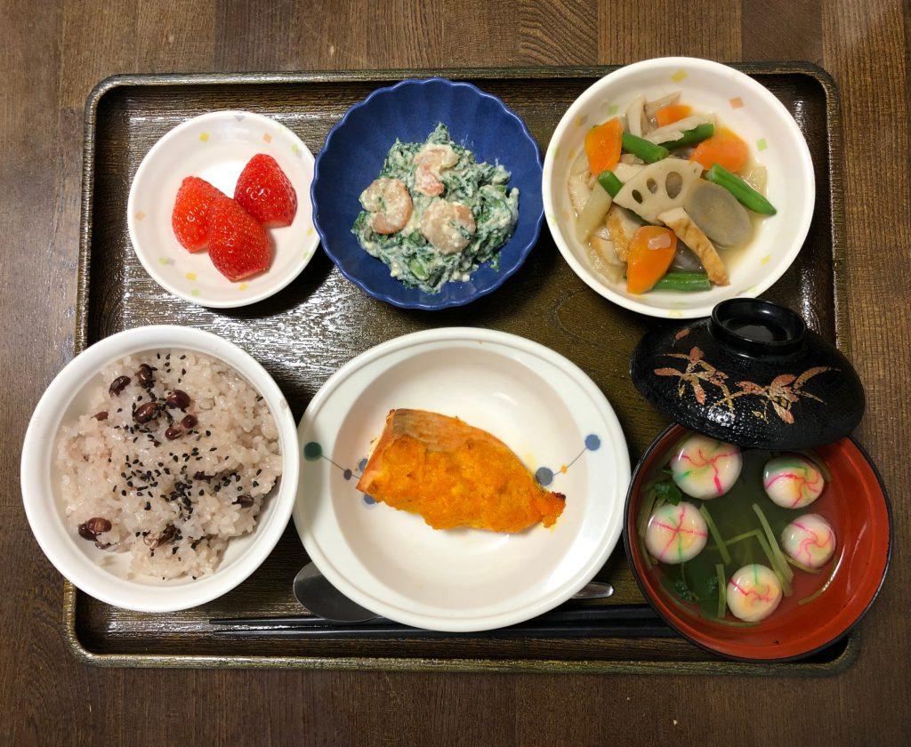 きょうのお昼ごはんは、お赤飯 焼き魚 えびと春菊の白和え 煮物 お吸い物 果物でした。