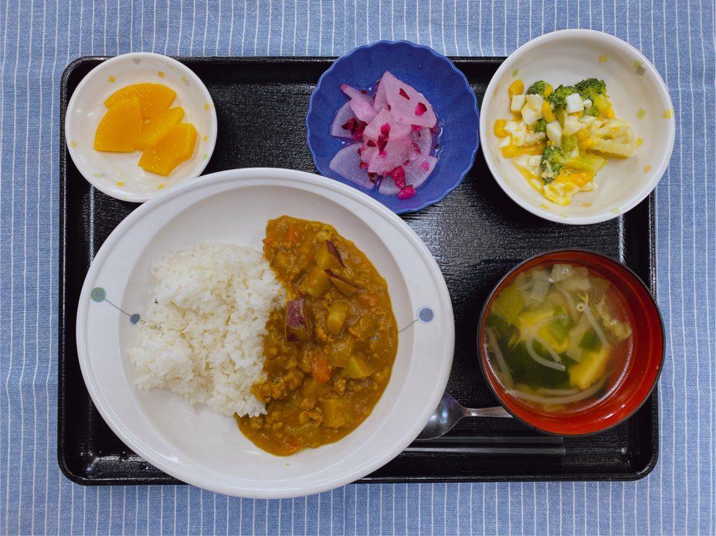 きょうのお昼ごはんは、ゆで卵サラダ・しば漬け大根・スープ・くだものでした。