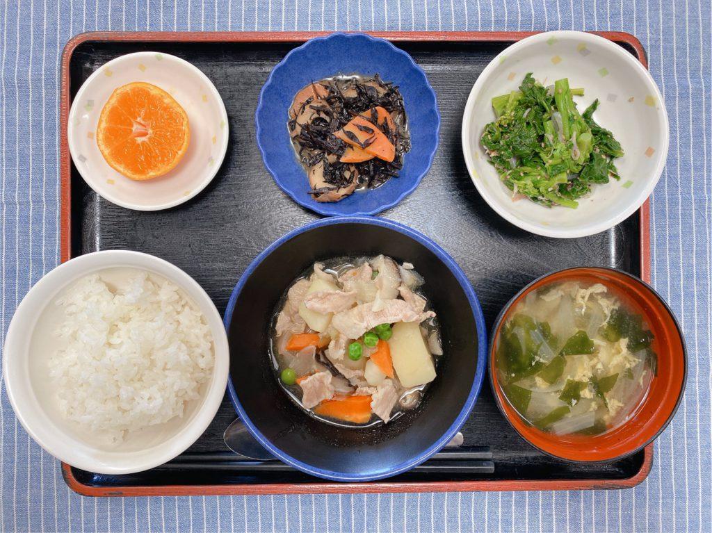 きょうのお昼ごはんは、肉じゃが・青菜の旨味和え・ひじき煮・みそ汁・くだものでした。
