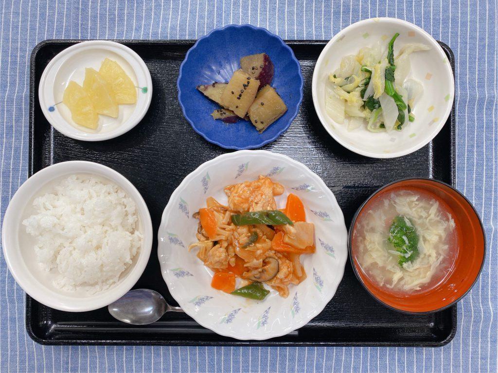 きょうのお昼ごはんは、酢鶏・白菜の中華風おひたし・大学芋煮・スープ・くだものでした。