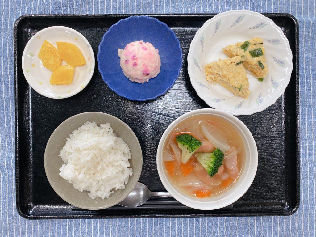 きょうのお昼ごはんは、ウィンナーと野菜のスープ煮 ツナ卵焼き しば漬けポテト 果物 でした