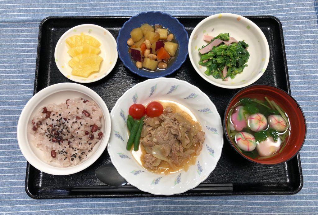 きょうのお昼ごはんは、 卒園祝いお赤飯 豚肉のはちみつ生姜焼き 菜花のヨ-グルト和え コロコロ煮 お吸い物 果物でした。