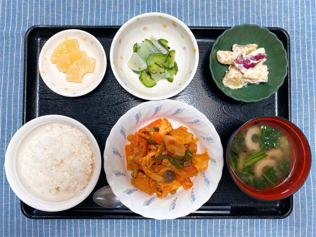 きょうのお昼ごはんは、ソーセージと厚揚げのケチャップ炒め 甘ずっぱおさつサラダ 浅漬け みそ汁 果物 でした。